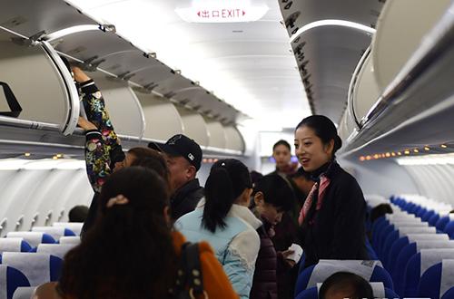 甘肃:新年第一个航班(高清组图)
