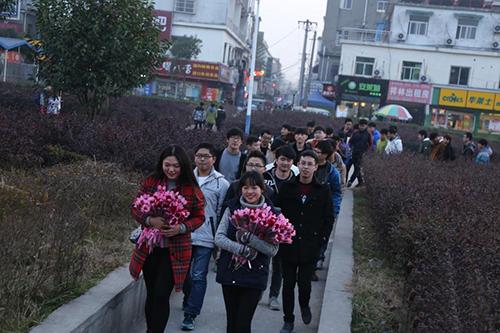 55名男生捧花排两百米长队 为同班女孩庆生