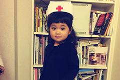 梅婷大女儿可爱护士照曝光 眼大酷似妈妈