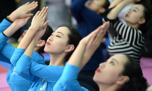 济南高三女生练瑜伽缓解艺考压力