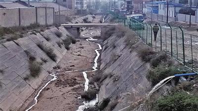 绿茵小区旁排洪沟内肆意排污