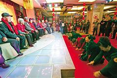 """兰州:200余老人及子女欢聚""""敬老宴"""""""