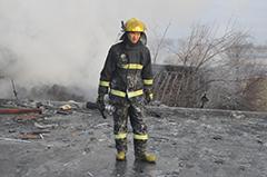 """兰州消防官兵灭火近11小时 衣服被""""冻硬"""""""