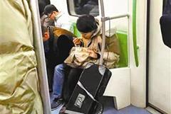 """""""地铁凤爪女""""改吃麻辣烫再招骂本人承认"""