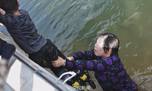 50岁大妈跳水救男孩 事后悄悄离开