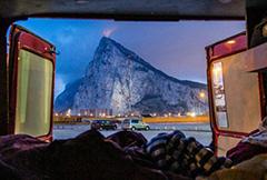 年轻夫妇携宝宝乘改装消防车 畅游欧洲