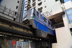 重庆轻轨列车穿楼而过场面震撼