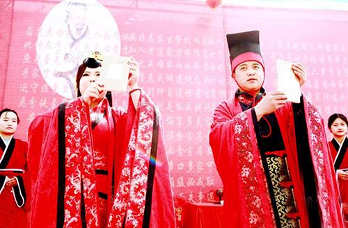 甘肃农家大院举行传统出阁礼
