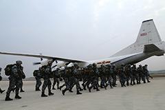 组图:空降兵新战士首次进行大飞机跳伞
