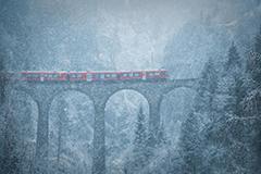瑞士列车雪中驶过