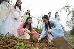 湖南大学生实践课上穿汉服种草药