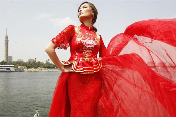 尼罗河畔模特演绎中国华服风采(高清组图)