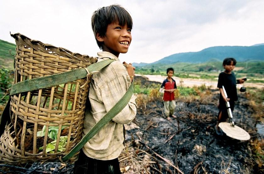 """越南儿童辍学入行""""炸弹猎人"""" 收入微薄危险重重(高清组图)"""