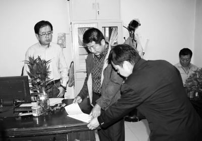 明察暗访组在陇南康县一家超市财务室检查票据开具情况