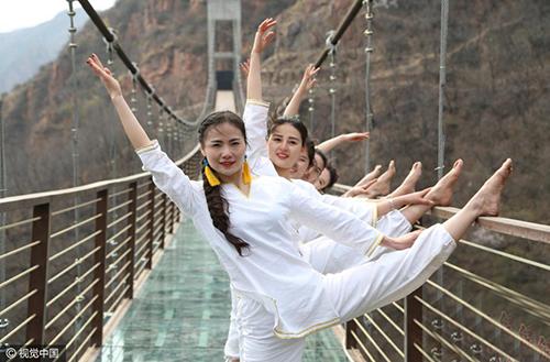 中外美女百米高空玻璃桥练瑜伽
