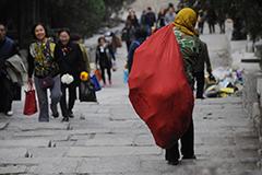 济南公墓垃圾堆积 工人每天背4000斤