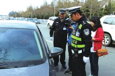 斑马线上不让行人 11名司机吃罚单