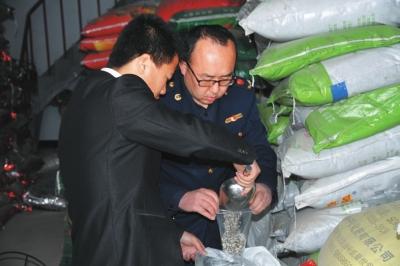 平凉静宁县县执法人员对肥料产品抽检采样(图)
