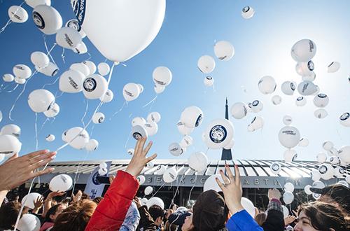 俄民众放飞气球纪念加加林首飞太空55周年