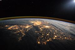 地球夜景 灯光与极光交相辉映