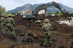日本地震引发塌方 自卫队搜寻失踪村民