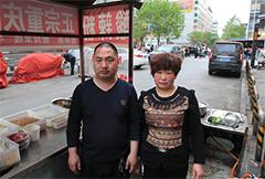 夫妇俩坚守女儿失踪路口十多年 住窝棚摆地摊