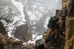 西藏解放军爬山巡逻让人捏把汗