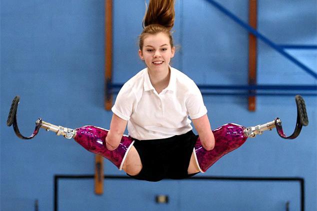 身残志坚!英12岁残疾少女获蹦床比赛冠军(组图)