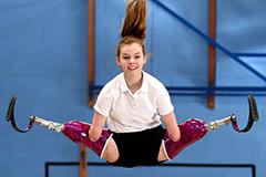 残疾少女获蹦床比赛冠军