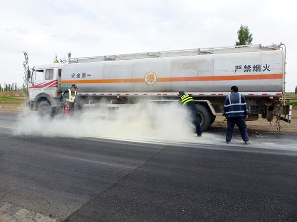 酒泉金塔县油罐车轮胎自燃