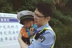 交警安慰受惊幼儿 为其戴上警帽