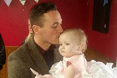 父亲为一岁癌症女儿举行婚礼