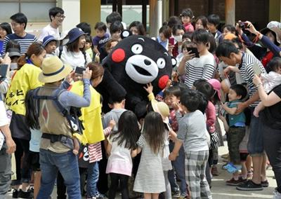暖萌的熊本熊重出江湖:抚慰灾区孩童心(组图)