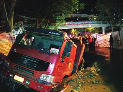 西北油漆厂附近路面突然塌陷