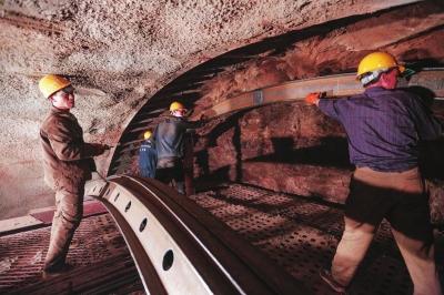机械化打造红色路——陇南两当特长隧道施工掠影