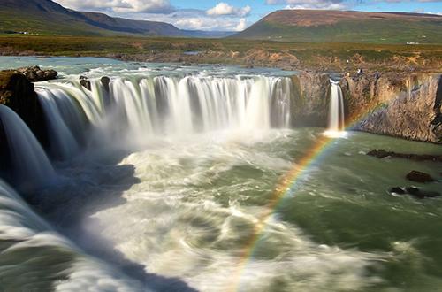 摄影师捕捉彩虹与瀑布交相辉映