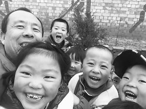 """情系山村留守儿童 他是孩子们心中的""""老顽童叔叔"""""""