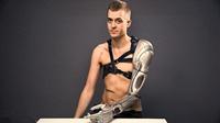 机械臂工兵!男子装超酷炫仿生手臂 藏有无人机(组图)