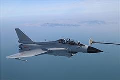 中国战机实施空中加油