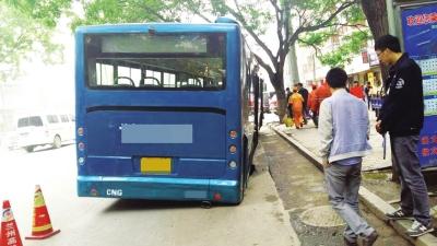 路面塌陷 兰州公交车车轮陷入凹坑
