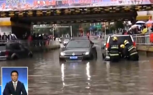 强降雨持续·甘肃玉门 暴雨淹没涵洞 车辆人员被困