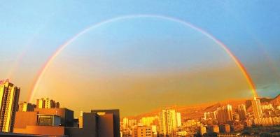 6月6日大雨之后意彩龙虎和上空呈现一道优美的彩虹(图)