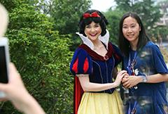 """上海迪士尼开幕在即 """"白雪公主""""微笑迎客"""