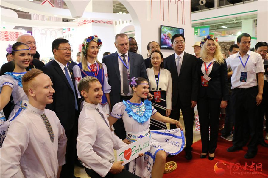 丝绸之路旅游产品展览会开展 夏红民邀请外国嘉宾观展(组图)