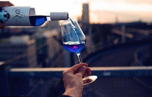 城会玩!西班牙青年创造出蓝色葡萄酒(组图)