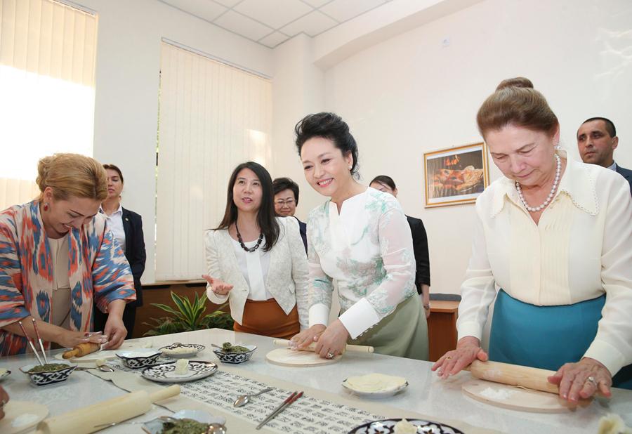 彭丽媛参观塔什干孔子学院 为乌方学生示范包饺子