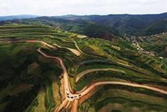 俯瞰甘肃庄浪百万亩梯田 黄土高原上的生态奇观