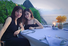 邓紫棋与妈妈度假二人亲密合影似姐妹
