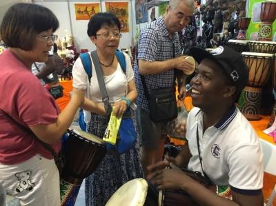 【第二十二届兰洽会】非洲小伙手鼓表演受点赞(图)