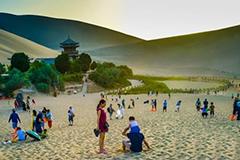 敦煌游人如织 月牙泉景区每日接待游客超4000
